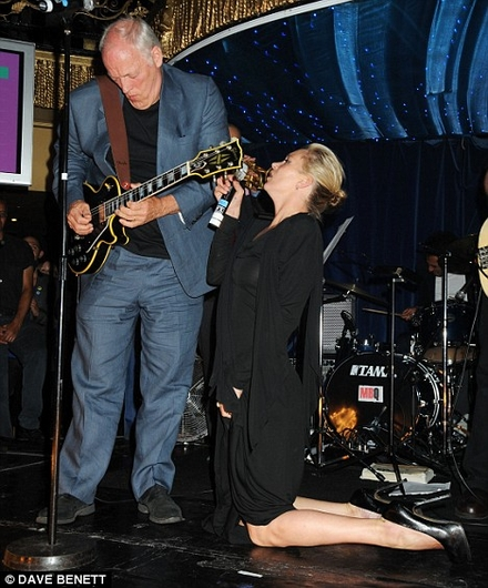 Kate Moss finally lives her rock star dreams as she croons with David Gilmour at karaoke party