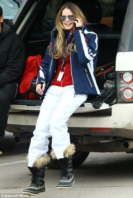Elle Macpherson\'s stylish skiing