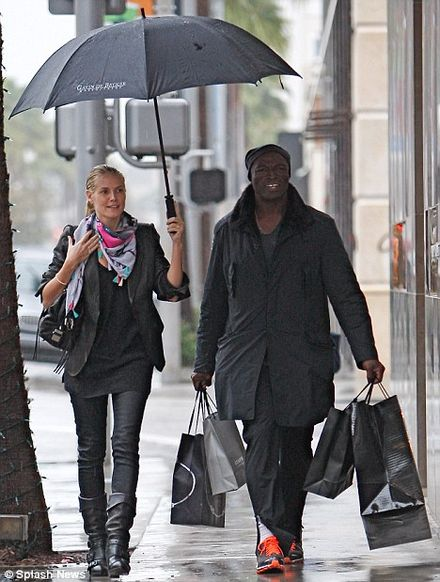 Make-up free Heidi Klum buys some Christmas presents