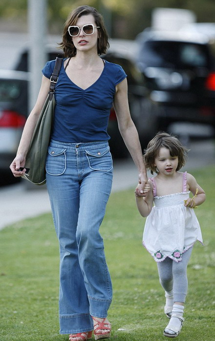 Milla Jovovich airing with her girl
