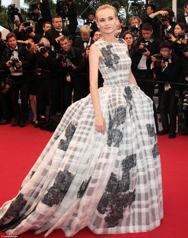 Diane Kruger�s petite frame lost in massive gown ...