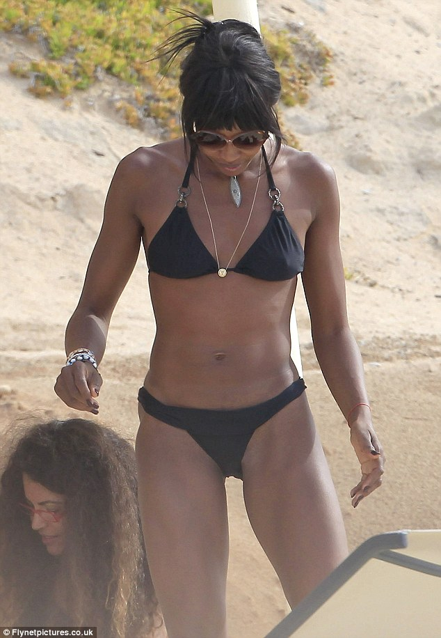 "Naomi Campbell shows off ""bangin bod"" in itsy, bitsy bikini"
