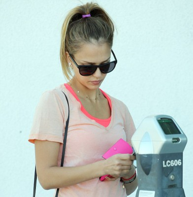 Jessica Alba looks gorgeous make-up free and in broad daylight