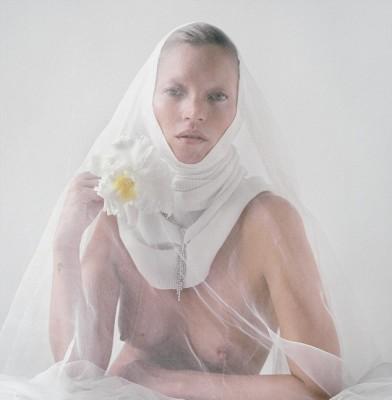 Supermodel Kate Moss fakes a habit