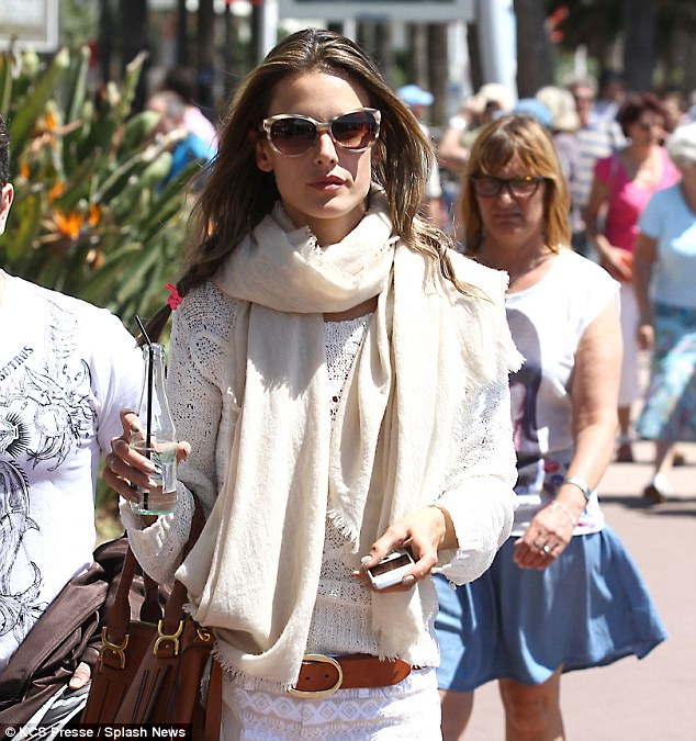 "Alessandra Ambrosio puts her ""style sense"" to the test again"