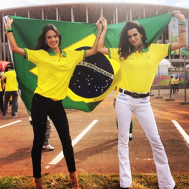 Brazilian models show off their team spirit