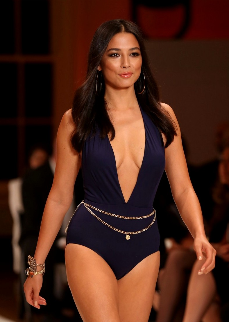 Jessica Gomes flaunts bikini body for David Jones Fashion Show