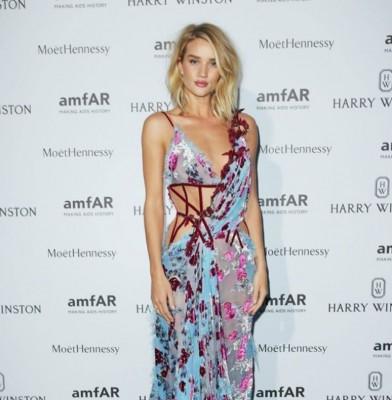 Rosie Huntington-Whiteley Stuns In Atelier Versace At AMFAR