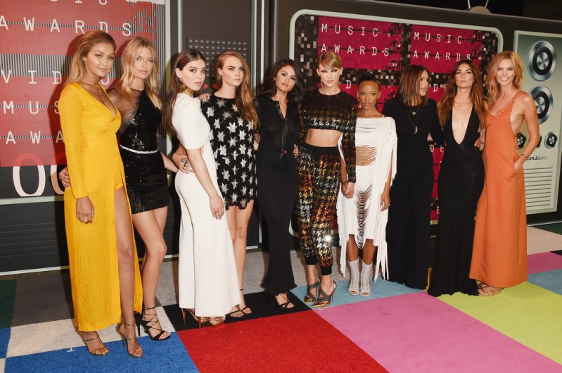 Taylor Swift & Her Girl Squad Lead The Glamour At The 2015 MTV VMA\'s